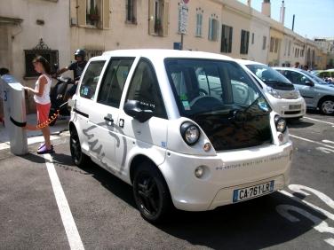 Voiture_électrique_Mia_en_rechargement_-Nice.JPG